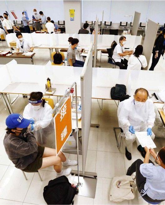 日体大の世田谷キャンパスで新型コロナウイルスワクチン接種を受ける学生ら=東京都世田谷区