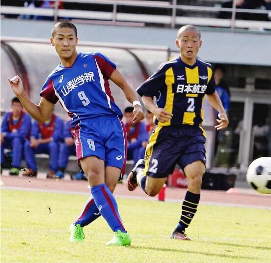 サッカー男子の東京五輪代表に選ばれた山梨学院高出身の前田大然(左)(2015年10月)
