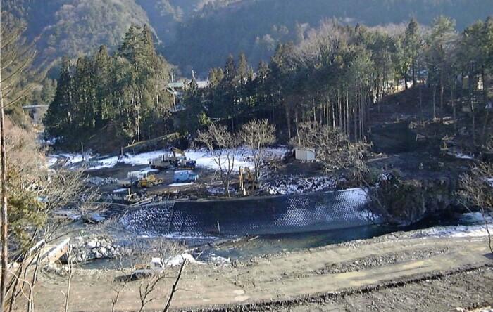 むかし のめこい湯を建設中のグラウンド(1999年撮影、丹波山村提供)