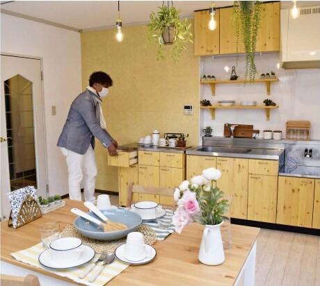 カフェ風に改修したアパートの一室のキッチン=甲府市大里町