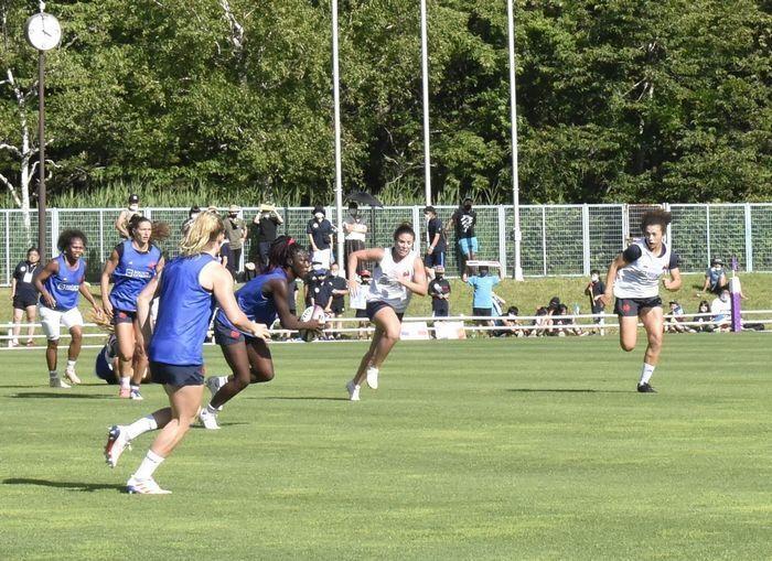 事前合宿地の富士吉田市で練習を行うフランス女子7人制ラグビーチーム(18日)