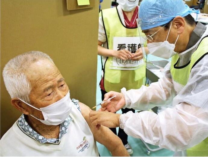 新型コロナウイルスワクチンの接種を受ける高齢者=中央市内(5月11日)