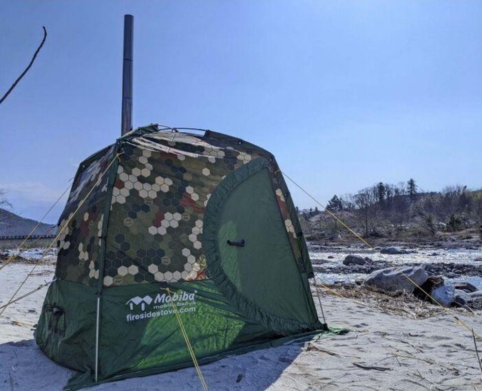 河原に設営した貸し出し用のテントサウナ(4人用)