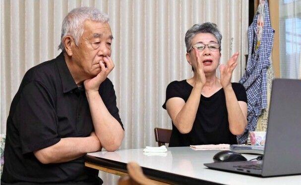 心配そうな表情で試合を見守る山田康子さん(右)と信二さん=甲府市上石田4丁目