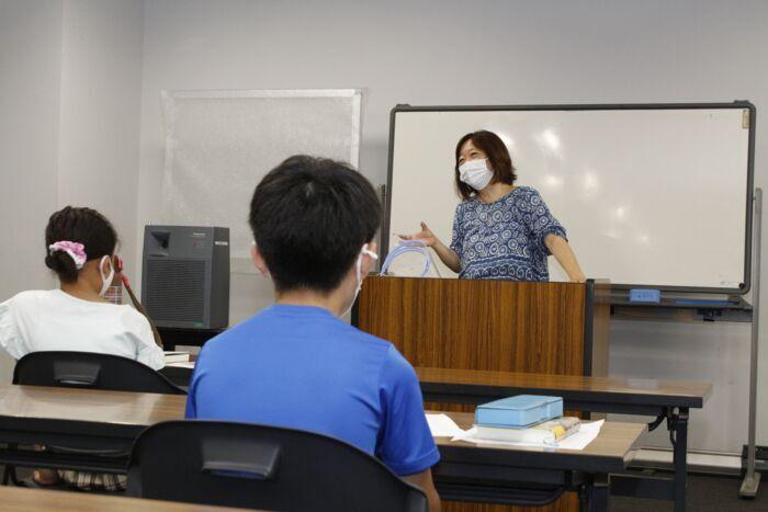 参加者に語り掛ける塚田純子理事=甲府・県生涯学習推進センター