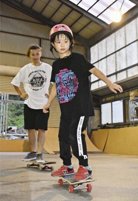 スケートボードの練習をする小学生=韮崎市一ツ谷