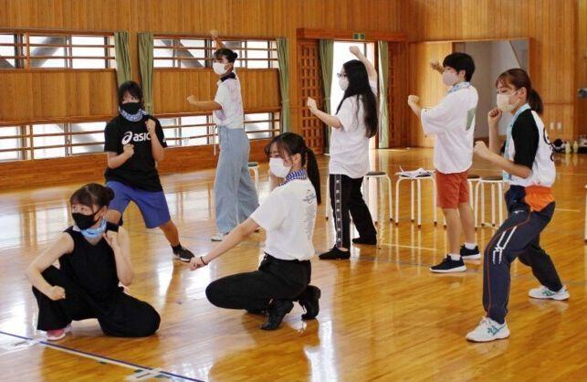マスク着用、換気など感染症対策をしながら練習に励む高校生ら=南アルプス市鏡中条