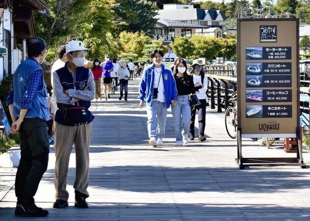 山中湖畔を歩く観光客=山中湖村山中