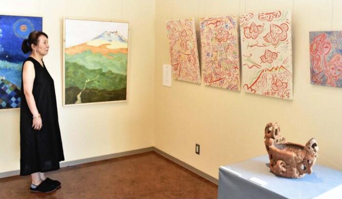 縄文文化から着想を得て制作した作品が並ぶ展示会=北杜市考古資料館