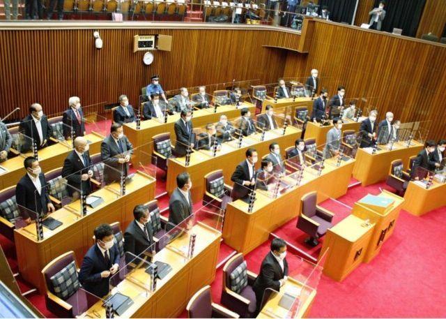 県有地に関する特別委を廃止する動議を可決した9月定例県議会本会議=県議会議事堂(21日)