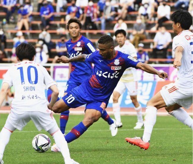 6月のホーム新潟戦でゴールを狙うVF甲府のFWウィリアン・リラ=JITスタジアム