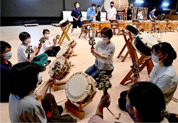 創立35周年記念コンサートに向け、練習に励むメンバー=富士吉田市民会館