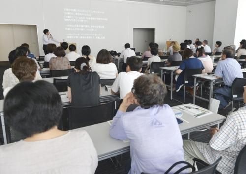 約100人が詰め掛けた、ひきこもりをテーマにした講演会。席が足りずに立ち見の人も=甲府・県立図書館