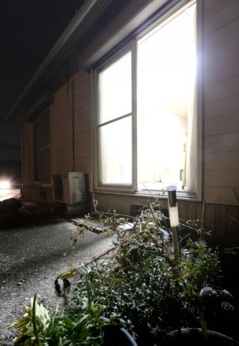 長女がひきこもり、周囲の協力を得ようとマユミが開け放った窓。「玄関」として友人たちが出入りし、娘を励ましてくれた