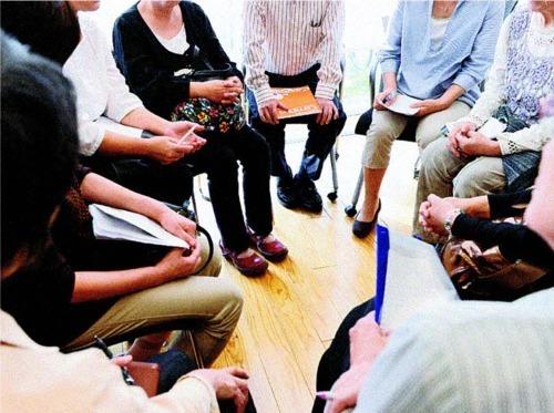 「山梨県桃の会」で、ひきこもりについて話し合う参加者。医療過疎に加え、周囲の精神科への偏見を気にして医師に相談できない当事者や親もいる=甲府市内