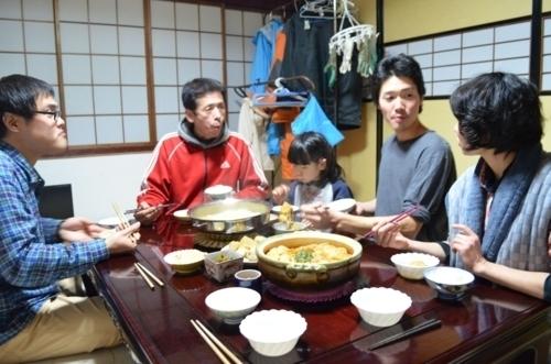 シェアハウスで林昌則さん(左から2番目)一家と食卓を囲み、一日の出来事を語り合うひきこもり経験者=石川県加賀市