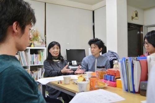 勉強会で意見を交わす「ピアサポーターネットしぶや」の相川良子理事長(左から2人目)と、ピアサポーターの若者たち=東京都渋谷区