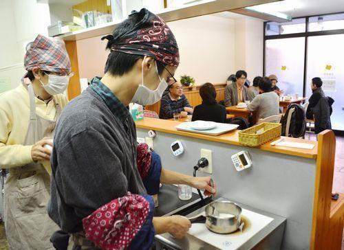 注文を受けてチャイを作る、ひきこもり経験のある男性(左から2人目)。カフェの仕事にやりがいを感じつつ、次の目標に向けて準備を始めた=名古屋市内
