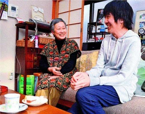 ひきこもりがちの村田哲さん(右)を支援してきた福島久美子さん。「この先もずっと関わり続けていきます」=静岡県焼津市