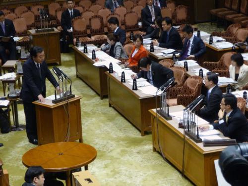 山本博司議員(手前右から2番目)は野田佳彦首相の答弁に手応えを感じつつ、「分厚い中間層の復活」の言葉には違和感を覚えた=国会(2012年3月)