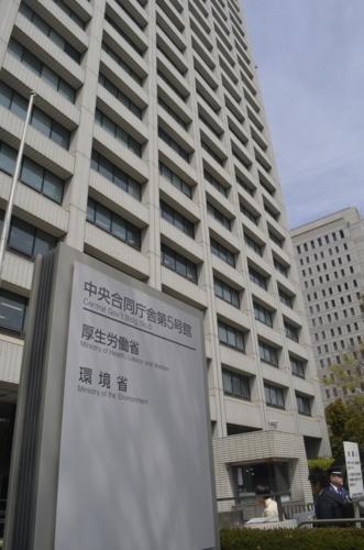 厚生労働省が入る中央合同庁舎第5号館。ひきこもりなど当事者支援策の策定には、省庁間の「縄張り意識」が壁になった=東京都千代田区