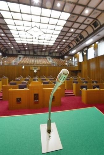 県議会の議場。後藤斎知事は2月定例県議会で、ひきこもりの当事者支援に前向きな姿勢を示した=甲府丸の内1丁目