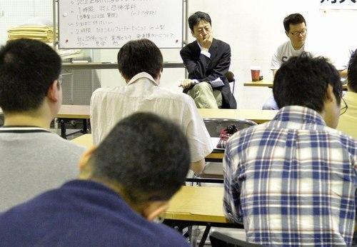 県内で初めて開かれた「ひきこもり大学」。ひきこもりの経験者が講師となり、自らの経験を語った=甲府・県立愛宕山少年自然の家