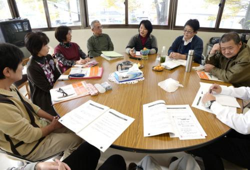 「でてこうし」で語り合う参加者。鈴木美枝さん(右)は「出て行ける場所を用意して、情報を届け続けることが大切」と話す=市川三郷町