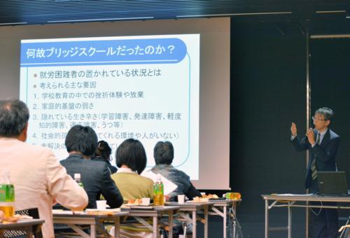 2月に企業向けに開かれた、ブリッジスクールの勉強会。校長の小泉晃彦さんは「皆さんに関わってもらうことで、当事者の社会復帰の機会が増える」と呼び掛けた=甲府市内(撮影・木下澄香)