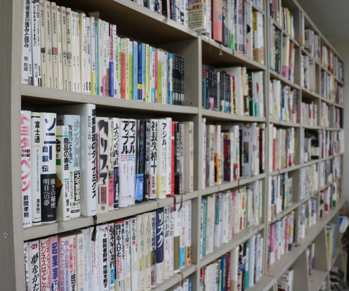 役員室の一面にある本棚。マーケティング、ビジネス、コンサルタントなどの書籍が並ぶ