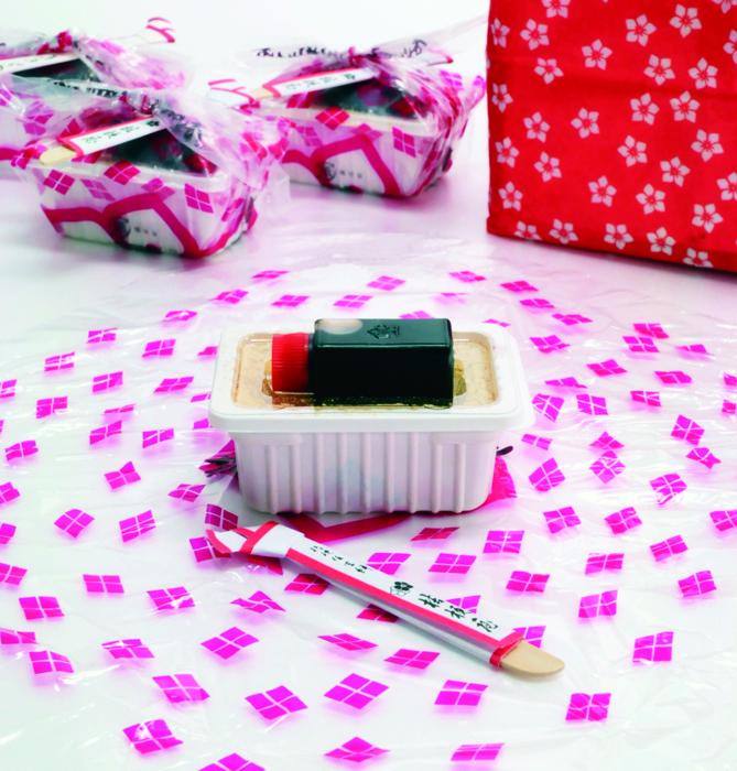 安倍川餅(あべかわもち)をヒントに作られた桔梗信玄餅。一日10万個が生産されている
