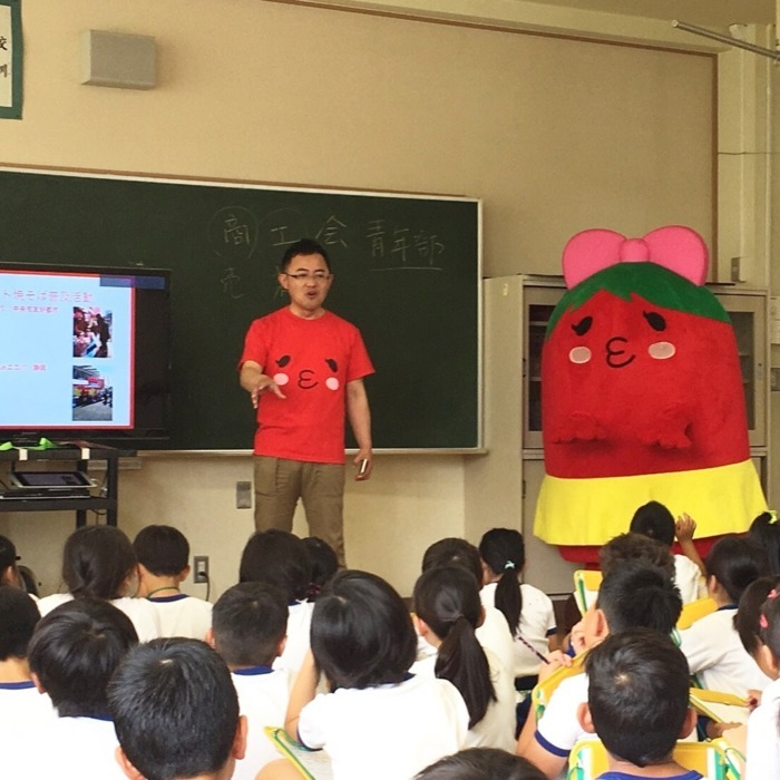 地元の小学校で、中央市商工会青年部による、まちおこし事業についての出前授業で講師を務める河西さん(2017年6月)