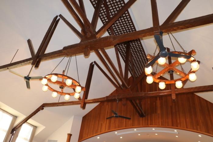 グリンバンクチャペルは現在の南アルプス市出身で東京タワーを設計したことでも知られる内藤多仲博士の設計。天井は船底をイメージした特徴的な造り