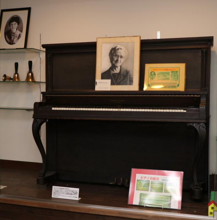 チャペル2階には、グリンバンク校長が1947年に再着任した際にカナダから持参したというピアノや、山梨英和最後のカナダ人宣教師D.ロジャース氏から1973年に寄贈されたという貴重なハンドベルの一部も展示されている