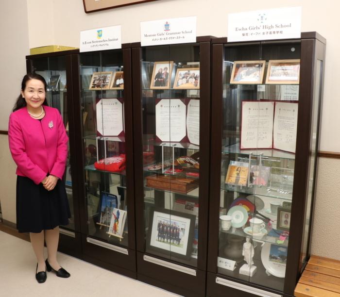 中学校校舎1階の事務室前には韓国、オーストラリア、ドイツの姉妹校の資料が展示してある