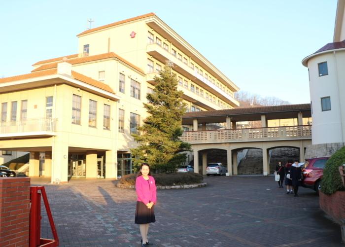 正門から愛宕山に向かい、傾斜を生かして校舎、施設が配置されている=いずれも甲府市愛宕町