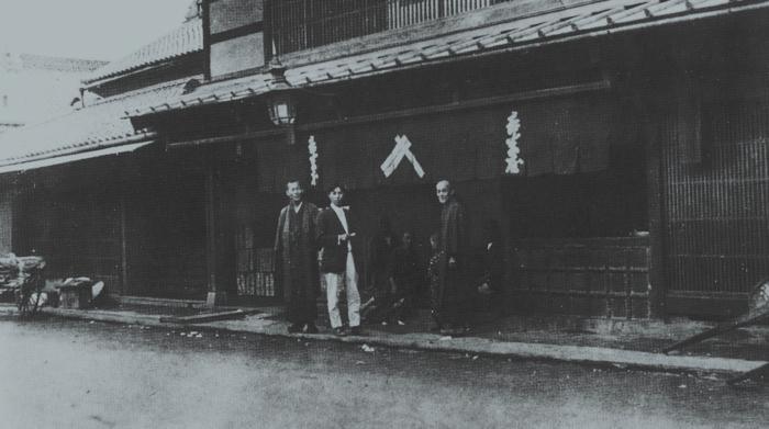 暖簾のかかった吉字屋。安政の大地震後に建てられた甲府を代表する堅固な建物だったという(写真提供:吉字屋本店)