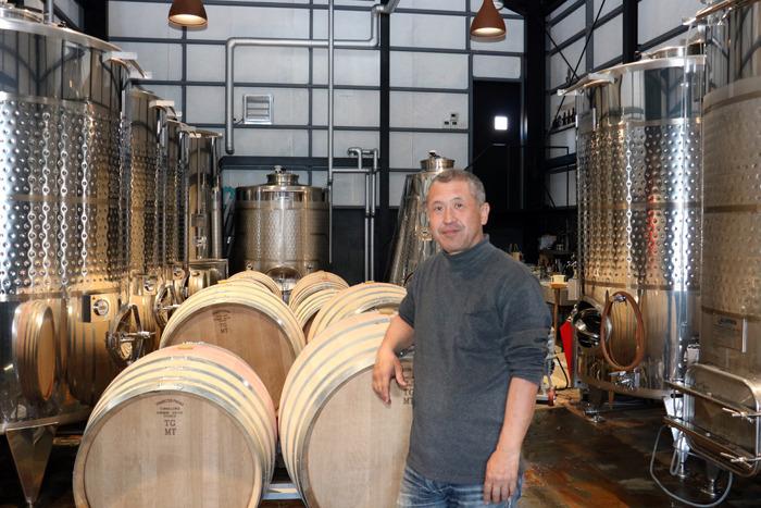 温度管理できるステレンスタンクやオーク樽が並ぶ醸造棟内。初仕込みとなった2018年は約10トンのブドウからワインを造った