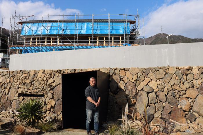 傾斜を利用した半地下にある貯蔵棟は石の素材を生かした造り