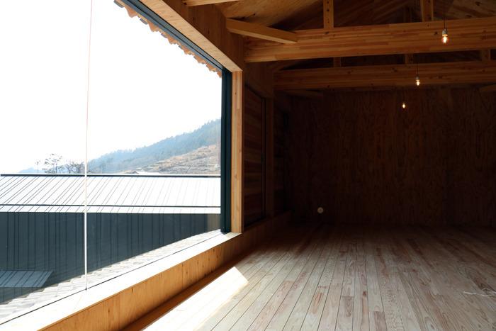大きな窓を付けた多目的スペースの交流棟2階