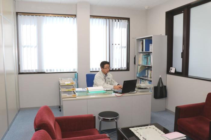 社長室には机のほかに応接セットと社長が手掛けた見積書が書棚に収められている。机の後ろには経営計画書が並び、計画書は全社員に配られ昼礼で業務指針を唱和する