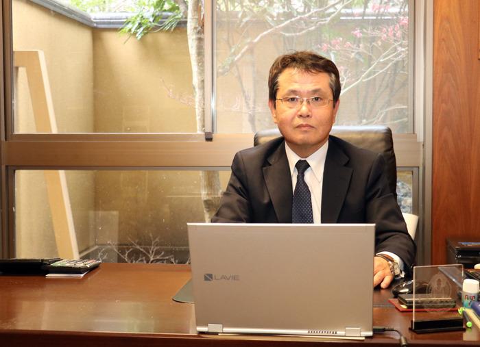 玄関やフロントのある3階にある社長室。慶雲館社長の川野健治郎さんは「温泉力を高めた旅館経営をしていきたい」と語る