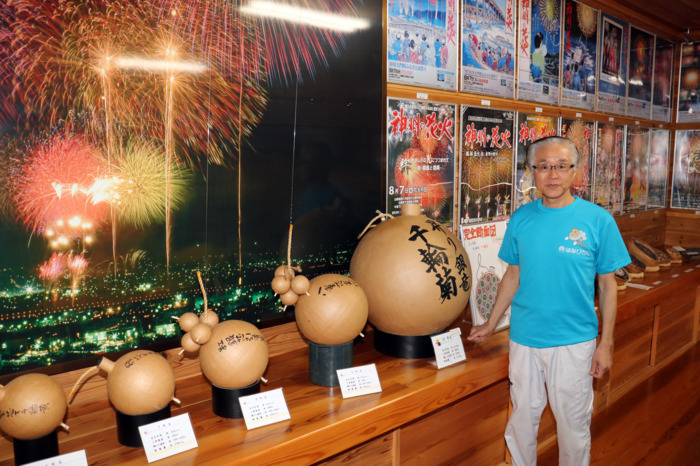 花火資料館では花火の構造や歴史などを学ぶことができる=いずれも市川三郷町高田