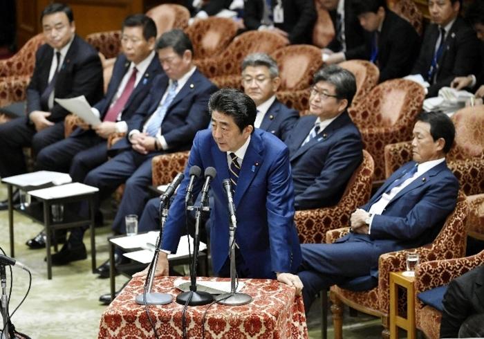 衆院予算委で答弁する安倍晋三首相。通算在職日数は桂太郎政権を抜き最長となる見通しだ