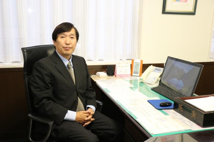 校長室で西東京予備校が取り組む「個別指導」と「集団授業」について説明する吉原秀仁校長
