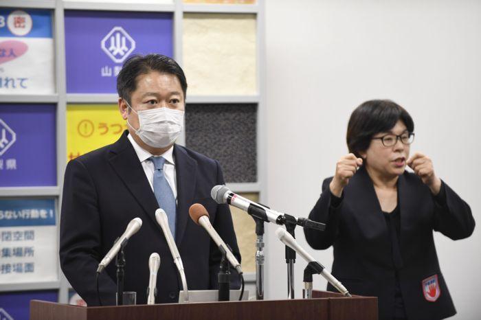 緊急事態宣言の対象地域が拡大し、山梨県も対象となったことを受けて会見する長崎幸太郎知事(左)=県防災新館