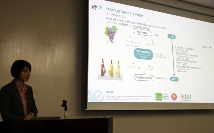 山梨大国際ブドウ・ワインセミナーで講演するフランス・モンペリエSupAgro講師のオーレリー・ローランさん
