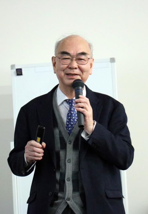 通訳する山梨大客員教授の佐藤充克さん=いずれも同大甲府西キャンパス