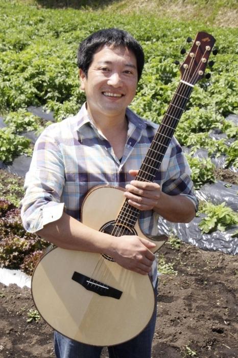 「ルーツミュージック」を追求し就農したギタリスト、天満俊秀(てんま・としひで)さん