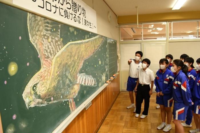 黒板アートに歓声を上げる生徒ら=韮崎東中